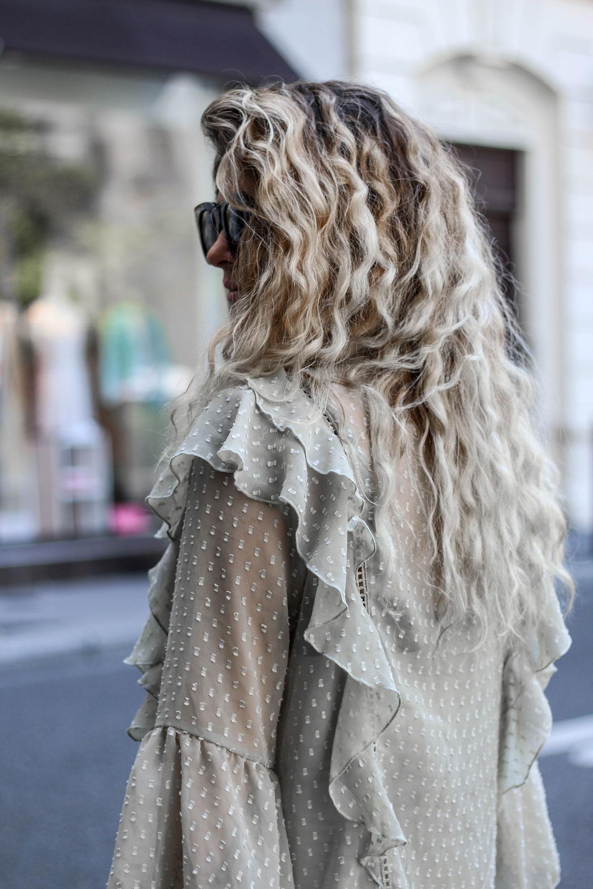 Cheveux ondulés blond polaire