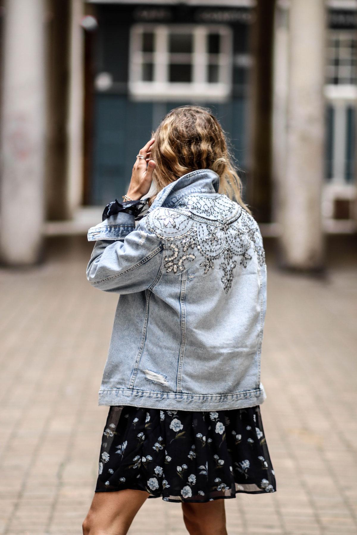 Veste en jeans à sequins et robe fleurie