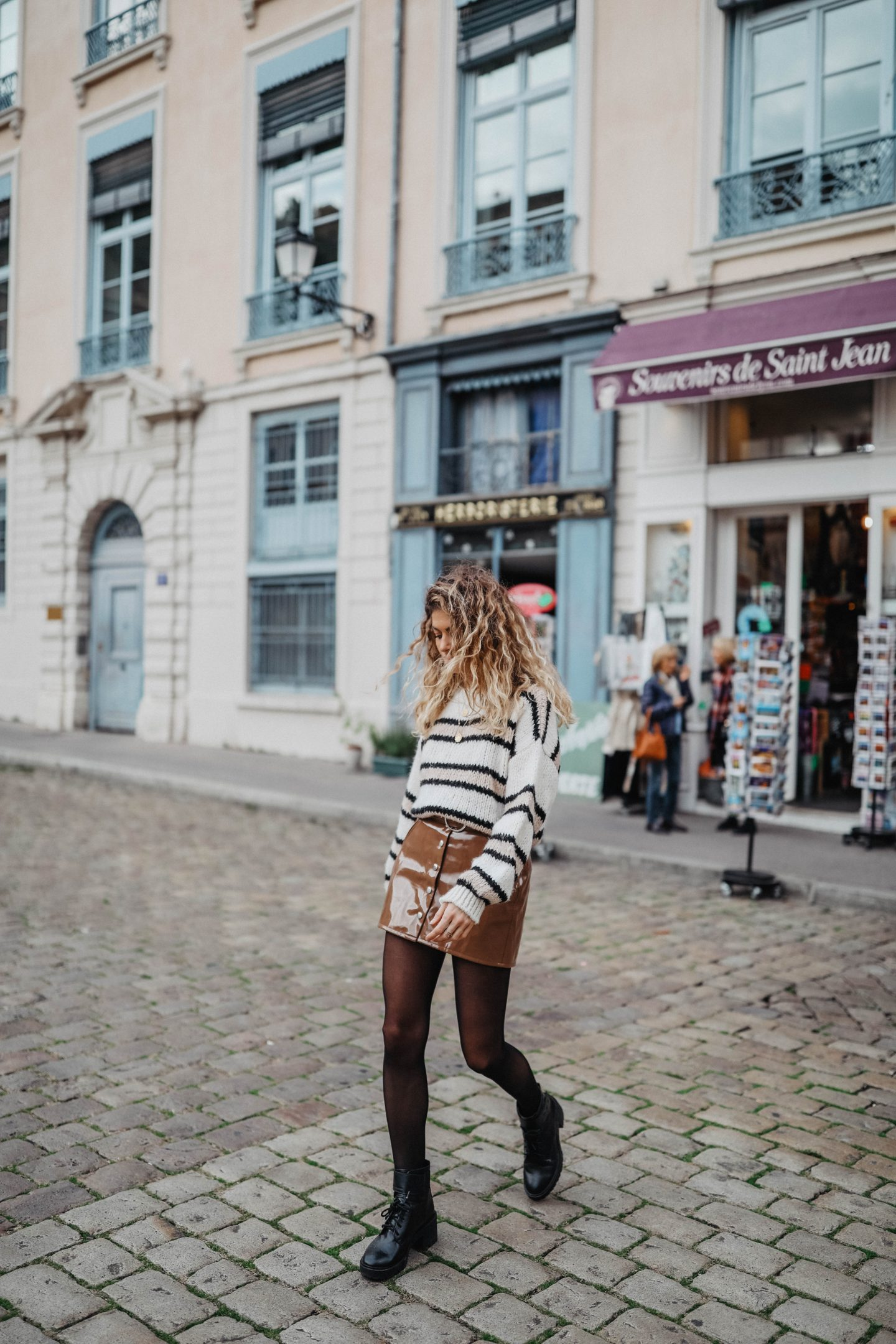 Cheveux ondulés blond marie and mood blog